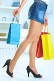 Frau, die bunte Einkaufenbeutel anhält Stockfotografie