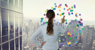 Frau, die bunte Ikonen berührt Lizenzfreies Stockfoto