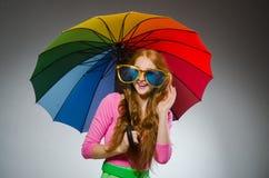 Frau, die bunten Regenschirm hält Stockfotografie
