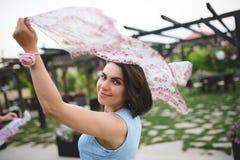 Frau, die bunten Schal hält Stockbilder