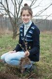 Frau, die Buschsprößlinge zurücksetzt Stockfoto