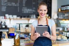 Frau, die am Café arbeitet stockfotografie