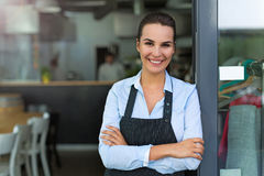 Frau, die am Café arbeitet stockbilder