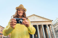 Frau, die in camera Fotos in Rom überprüft Stockbilder