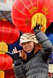 Frau, die chinesische neues Jahr-Laternen verkauft Stockfoto