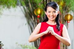 Frau, die chinesisches neues Jahr feiert lizenzfreie stockfotografie