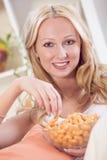 Frau, die Chips isst Stockfoto