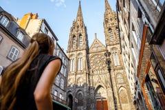 Frau, die in Clermont-ferrandstadt in Frankreich reist Stockfotografie
