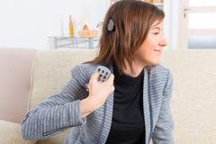 Frau, die Cochlear-Implantat zeigt lizenzfreie stockbilder