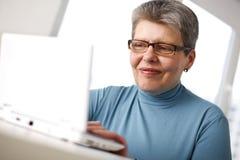 Frau, die an Computer arbeitet stockfotografie