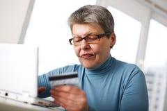 Frau, die an Computer arbeitet stockbild