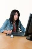 Frau, die am Computer arbeitet Lizenzfreie Stockfotos
