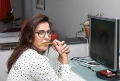Frau, die an Computer arbeitet Lizenzfreies Stockbild