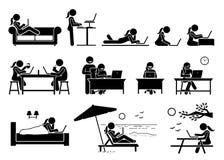 Frau, die Computer auf verschiedenen Lagen, Haltungen und Plätzen verwendet lizenzfreies stockfoto