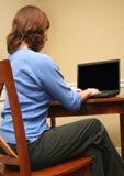 Frau, die Computer betrachtet Stockbild