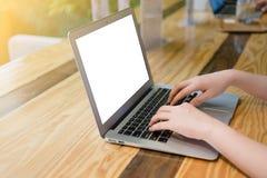 Frau, die Computer-Laptop verwendet Stockbild