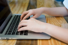 Frau, die Computer-Laptop verwendet Lizenzfreie Stockfotos