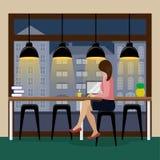Frau, die am Computer am Stangenzähler nahe dem panoramischen Fenster im Kaffeehaus arbeitet Flug des Vogels - 1 stock abbildung