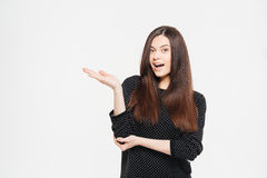 Frau, die copyspace auf der Palme hält Stockbild