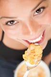 Frau, die Corn-Flakes isst Stockfotografie