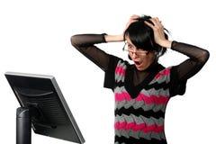 Frau, die das Überwachungsgerät erhält eine Überraschung betrachtet Stockbild