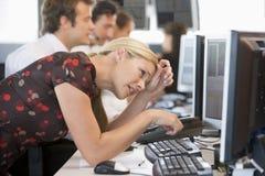 Frau, die das Überwachungsgerät frustriert betrachtet lizenzfreies stockfoto