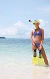 Frau, die das Andsmiling in den Wasservorratflossen schnorchelt Lizenzfreie Stockbilder