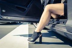 Frau, die das Auto hinausgeht Lizenzfreie Stockfotos