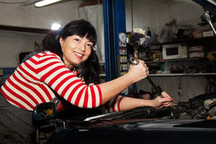 Frau, die das Auto repariert Lizenzfreie Stockbilder