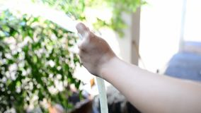 Frau, die das Baumhaus wässert stock video