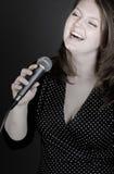 Frau, die das Blau singt Lizenzfreie Stockfotos