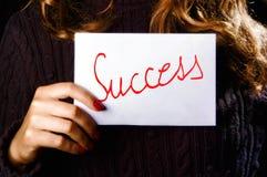 Frau, die das Erfolgswort anhält Lizenzfreies Stockbild