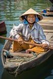 Frau, die das Fischerboot in Hoi An, Vietnam fährt Lizenzfreies Stockfoto