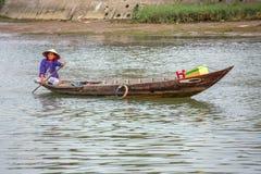 Frau, die das Fischerboot, Vietnam fährt Lizenzfreies Stockfoto
