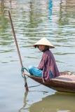 Frau, die das Fischerboot, Vietnam fährt Lizenzfreie Stockbilder