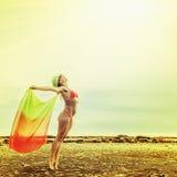 Frau, die das Freien in der Sonne genießt Lizenzfreies Stockfoto