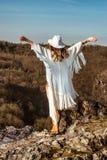 Frau, die das Gefühl der Freiheit gehend in die Berge genießt Stockfotos