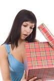 Frau, die das Geschenk öffnet Lizenzfreie Stockfotos