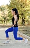 Frau, die das Handeln ausarbeitet, Übungen ausdehnend lizenzfreie stockfotografie