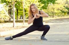 Frau, die das Handeln ausarbeitet, Übungen ausdehnend stockfotos