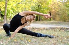 Frau, die das Handeln ausarbeitet, Übungen ausdehnend stockbild
