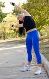 Frau, die das Handeln ausarbeitet, Übungen ausdehnend stockfoto