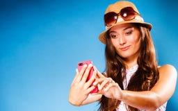 Frau, die das Handylese-sms oder -c$simsen verwendet Lizenzfreies Stockbild