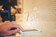 Frau, die das intelligente Telefon ausstrahlt ganz eigenhändig geschriebes Bild von Sozialmed verwendet Lizenzfreie Stockfotografie