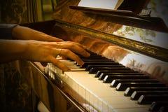 Frau, die das Klavier, Musikkunst spielt stockfoto