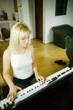 Frau, die das Klavier spielt Stockfotografie