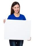 Frau, die das leere Zeichen des Plakats zeigt Stockfoto
