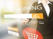 Frau, die das on-line-Einkaufen tut stockfotografie