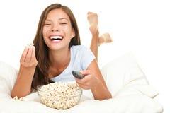 Frau, die das lustige Filmlachen überwacht stockfotografie