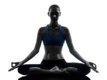 Frau, die das meditierende Yoga ausübt Stockfotografie